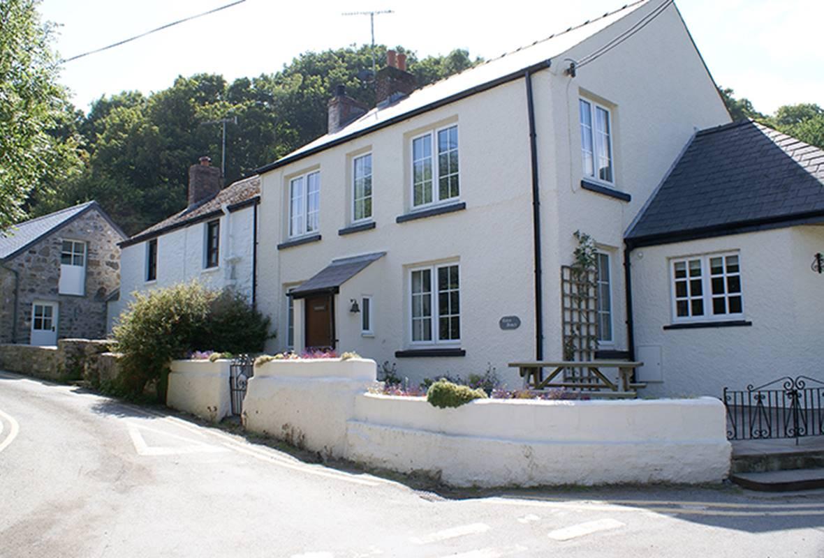 Tides Reach - 4 Star Holiday Cottage - Cwm yr Eglwys, Pembrokeshire, Wales