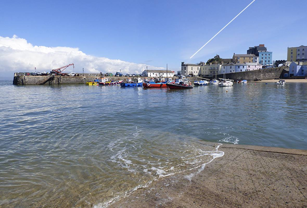 The Cabin - 4 Star Holiday Apartment - Tenby, Pembrokeshire, Wales