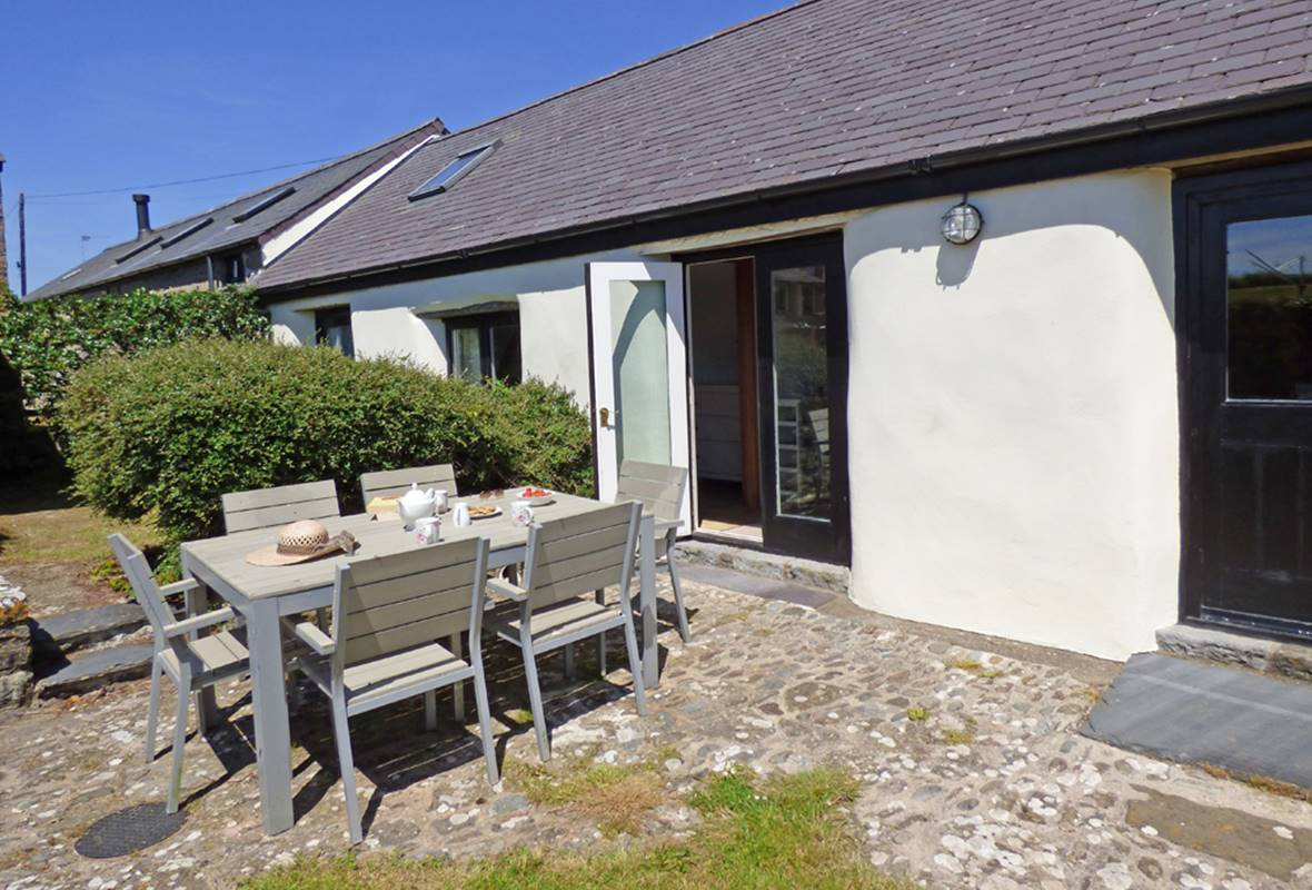The Byre - 5 Star Holiday Home - Castlemartin, Pembrokeshire, Wales