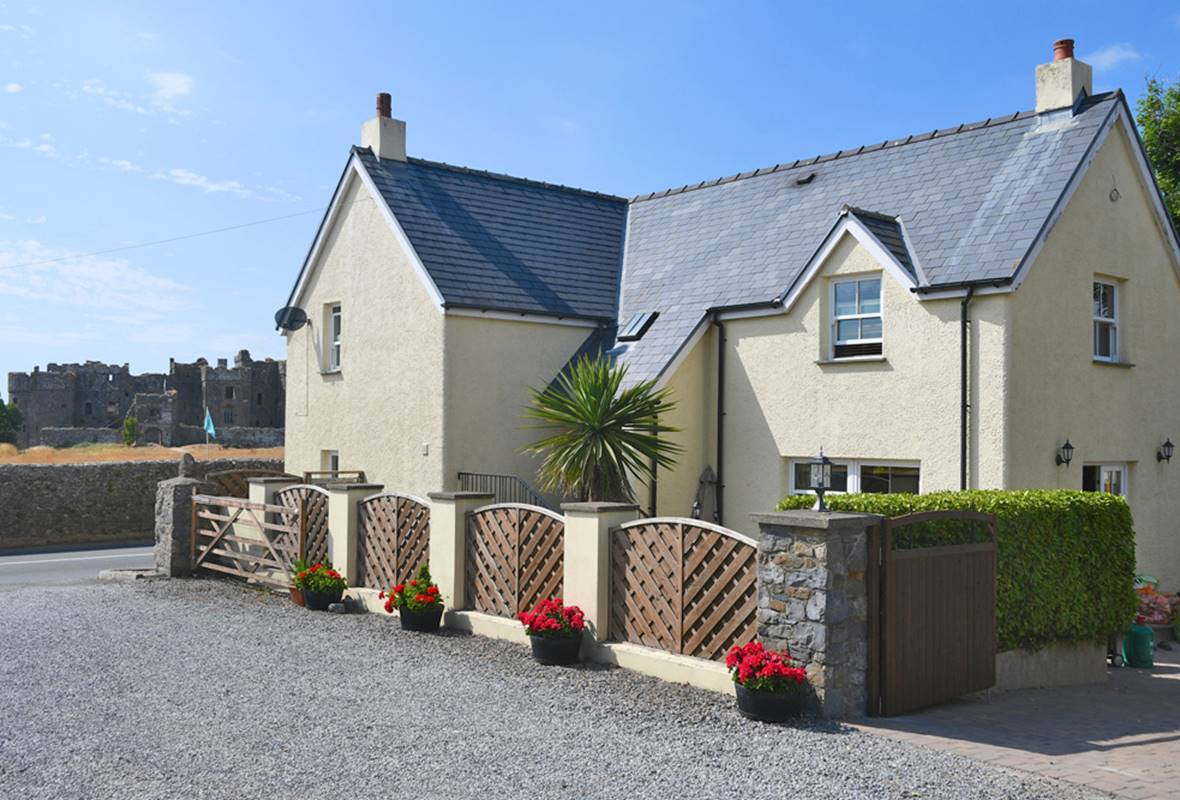 Gate Cottage - 5 Star Holiday property - Carew, Pembrokeshire, Wales