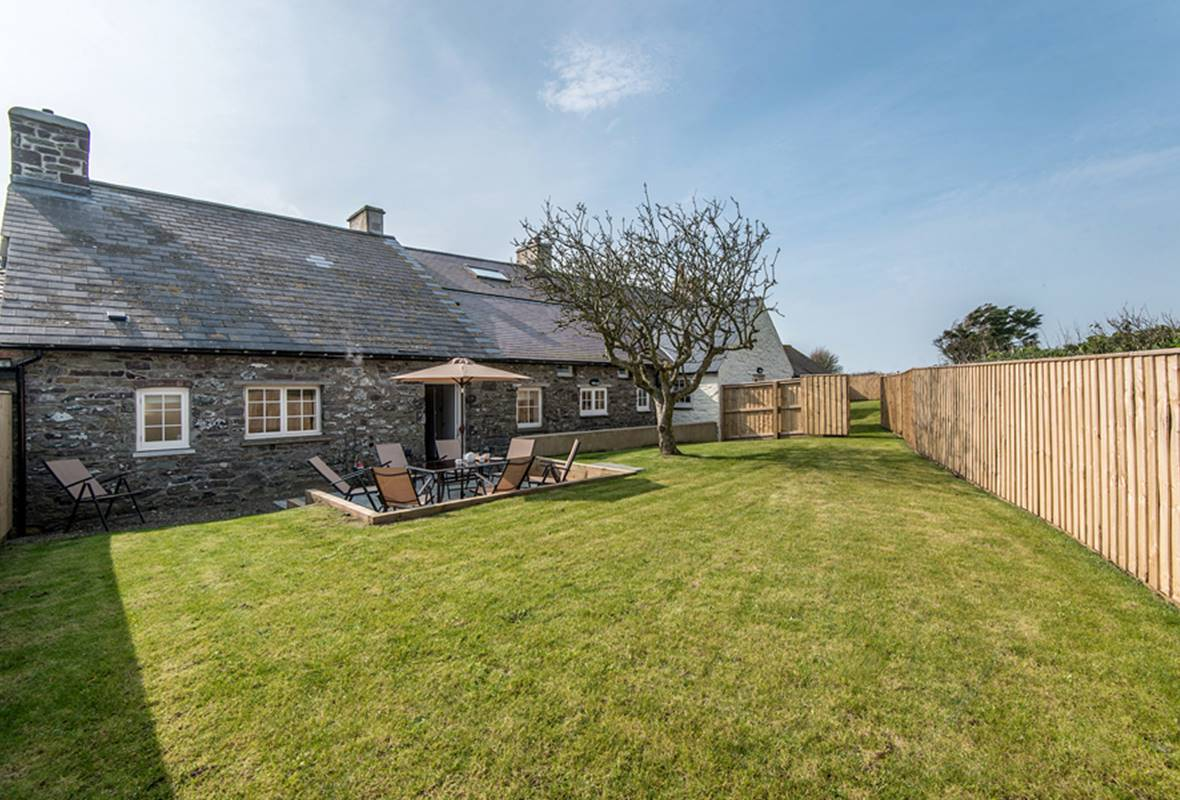 Penlan Farmhouse - 5 Star Holiday Cottage - Near St Davids, Pembrokeshire, Wales
